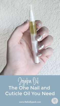 Jojoba Oil: The One Nail and Cuticle Oil You Need - thehollypeck - - Jojoba oil, an oil derived from the seeds of the jojoba plant, is often used in health and beauty and makes an excellent cuticle oil. Cellulite, Jojoba Oil Uses, Jojoba Shampoo, Coenzym Q10, Eyeliner, Oil Pen, Nail Oil, Natural Moisturizer, Top