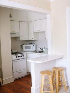 Browse photos of Small kitchen designs. Discover inspiration for your Small kitchen remodel or upgrade with ideas for organization, layout and decor. Studio Apartment Living, Small Apartment Kitchen, Small Space Kitchen, Mini Kitchen, Kitchen On A Budget, Apartment Design, New Kitchen, Small Spaces, Kitchen Island