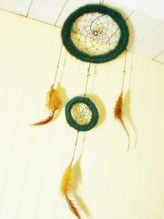 Atrapasueño lana angora verde con plumas tonos café claro