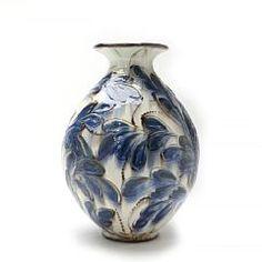 Kähler: Stor gulvkrukke af lertøj, dekoreret med hornmalet glasur i brunt og blåt på hvid baggrund. H. 45.