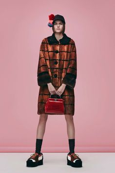 See the complete Fendi Pre-Fall 2016 collection.
