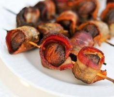 Bacon Wrapped Crimini Mushrooms {Via Serious Eats} Finger Food Appetizers, Appetizer Recipes, Snack Recipes, Snacks, Finger Foods, Delicious Recipes, Bacon On The Grill, How To Grill Steak, Bacon