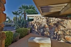Mid-Century Modern in Rancho Mirage. This timeless, captivating Cody mid-century modern has been thoroughly updated without loss of its original style and integrity. Rancho Mirage, Screen Design, Concrete Wall, Mid Century Design, Outdoor Furniture, Outdoor Decor, Palm Springs, Modern Architecture, Sun Lounger