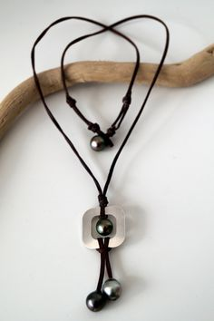 Grapp of Tahitian pearls woman necklace, leather knots jewel,  tahitian pearl as clasp