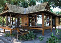 Usando um sistema pré-fabricado, a família paranaense criou um chalé de madeira de 80 m², com três quartos, churrasqueira e varanda