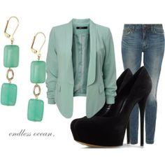 ¿Junta en la oficina? Acompaña tu look con un blazer verde y no pierdas la formalidad.