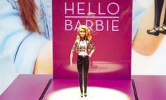 バービーまでスマート化!子どもにとってITは「道具」なのだろうか 『The Hello Barbie』は高度な音声認識機能をもち、さらにオンラインに接続が可能。WiFiさえ繋がっていれば、会話の内容や場面に合わせた柔軟な受け答えができるそうだ。  また、話しかけた内容をクラウドに記憶して分析、次に話しかけたときはまた違った返事ができるなど、子どもと一緒に成長していくといった要素までもっている。