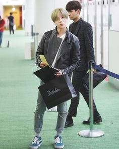 masternim ~~ why this little cutie Hyung so Damn CUTE ! i need to put him on my pocket UGH ! Kim Jinhwan, Hanbin, Yg Entertaiment, Ikon Kpop, Ikon Debut, Jay Song, Ikon Wallpaper, Kdrama Actors