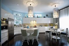 Modern kitchen - Love the hanging pendant lights Beautiful Kitchens, Cool Kitchens, Dream Kitchens, Kitchen Nook, Homey Kitchen, Space Kitchen, Functional Kitchen, Window In Shower, Famous Interior Designers