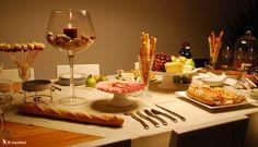Mesa de queijos. mesa inspiradora, frios num pratinho com pé alto, salada caprese no palito posta em um copo alto
