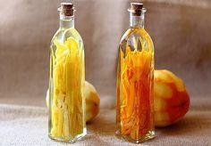 Vodka con limon/naranja 1/2- limones/naranjas 3/4 taza Vodka botella de cristal con tapa / corcho Lavar y secar frutas a fondo antes de despegar la capa externa delgada. Si cualquier parte blanca quitarlo. Llena la botella con las cáscaras y cubrir completamente con vodka. Selle bien y colocar en un lugar fresco y oscuro en su cocina. Agite la botella suavemente uno al día durante 2-3 días