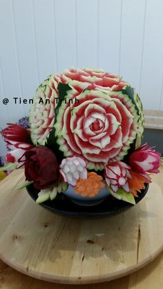 Dekorasjon med  frukt og grønnsaker. Jeg bruker vannmelon, rødbette, redik, søtpotet, gulrot og vannmelon skall. Lykke til!