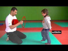 Enfants de 3 à 5 ans, exercices de karaté : Toucher une cible du pied ou du poing