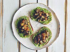 Gustare rapidă cu avocado și ciupercuțe cu usturoi Chana Masala, Avocado Toast, Breakfast, Health, Ethnic Recipes, Food, Green, Morning Coffee, Health Care