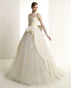 This style is just like Grace Kelly's wedding dress!