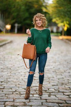 Look com bota estampa de onça, Winter Outfits, Look com bota estampa de onça. Green Sweater Outfit, Green Top Outfit, Winter Sweater Outfits, Fall Winter Outfits, Autumn Winter Fashion, Emerald Green Outfit, Fashion Mode, Fast Fashion, Fashion Outfits