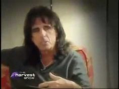 Alice Cooper Shocks Fans When He Reveals This Secret — I Had No Idea! - LittleThings.com - Amazing Videos, Stories and News from around the world. It's the little things in life that matter the most! - LittleThings.com