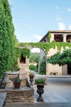 Roman Garden, Victoria Magazine, French Lifestyle, Decks And Porches, South Of France, Spanish Style, Ancient Romans, Country Life, French Country