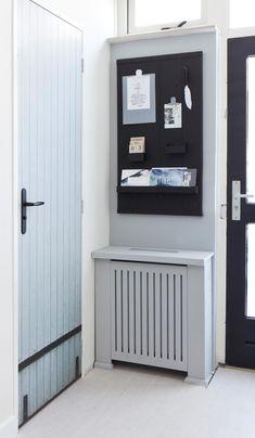 Met de vtwonen deursticker lijkt de wc-deur in de nieuwe hal van Geertje en Erik weer als nieuw   Make-over door Corrien Flohil