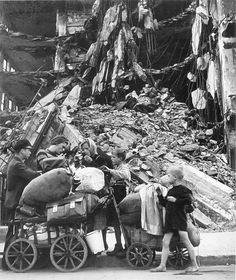 Robert Capa, Berlin im August 1945. Scharzmarkt in den Trümmern Berlin.
