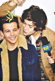 Find images and videos about cute, one direction and louis tomlinson on We Heart It - the app to get lost in what you love. Fanfic Larry Stylinson, Larry Shippers, Fanfic Harry Styles, Harry Edward Styles, One Direction Pictures, I Love One Direction, Fetus One Direction, Desenhos One Direction, Louis Y Harry