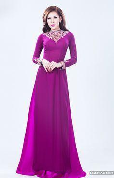 Trong khi áo dài dành cho mẹ uyên ương thường được may bằng màu trầm thì họa tiết bắt sáng sẽ là điểm nhấn nổi bật, đem lại sự sang trọng. -  Ngôi sao