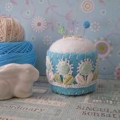 Bottle Cap Pincushion #355 Felt Crafts, Fabric Crafts, Diy And Crafts, Diy Bottle Cap Crafts, Crochet Pincushion, Sewing Projects, Felt Projects, Bazaar Ideas, Felt Embroidery