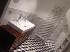 Salle de bain marbre et enfilade bois