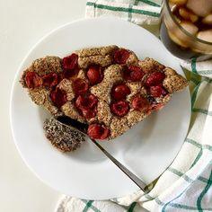 Almond poppy seed cake with cherries = happy kids 🦄🦖 / Mandlovo-maková bublanina s třešněmi = skřítě jednorožka i skřítě uááá (dinosaurus prostě neřekne 🤷♀️) spokojeni No Bake Desserts, Raspberry, Baking, Fruit, Food, Bakken, Essen, Meals, Raspberries