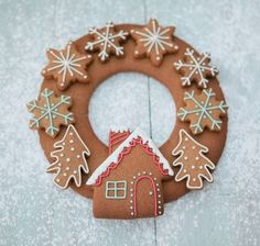Christmas gingerbread wreath by honeywell bakes Christmas Gingerbread House, Noel Christmas, Christmas Treats, Christmas Baking, Winter Christmas, All Things Christmas, Gingerbread Cookies, Christmas Cookies, Christmas Decorations