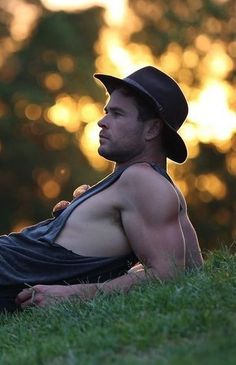 Such a hunk! Hemsworth Brothers, Chris Hemsworth Thor, Z Cam, Shirtless Men, People Magazine, Chris Evans, Perfect Man, Beautiful Boys, Cute Guys