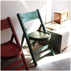 Sillas plegables. Folding Wood Chair de colores. Mobiliario de estilo vintage e industrial.