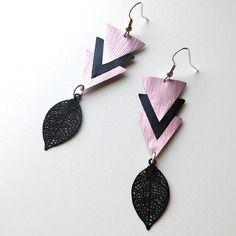 Boucles d'oreille triangles noirs et rose en capsule de café nespresso et feuille filigrane noire
