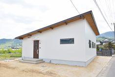 平屋のお家、注文住宅COVACO(コバコ)02 Minimalist Architecture, Garage Doors, Shed, Outdoor Structures, Outdoor Decor, Home Decor, Lean To Shed, Interior Design, Home Interior Design