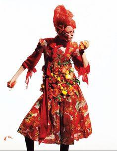 Королева сальсы.Блуза цвета красного помидора – Salvatore Ferragamo. Платье – Dolce & Gabba