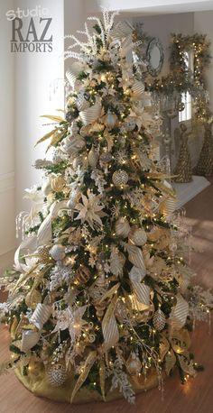 White and Gold Christmas tree decorations Silver Christmas Decorations, Gold Christmas Tree, Beautiful Christmas Trees, Christmas Tree Themes, Christmas Time, Holiday Decor, Decorated Christmas Trees, Xmas Trees, Gold Ornaments