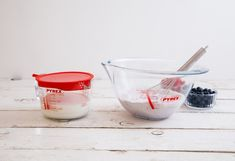 Thuis genieten van een zelfgemaakte cake, taarten of bananenbrood? Die bak je in de bakvormen van Pyrex. De bakvormen zijn gemaakt van borosilicaatglas, zo kan je het bakproces in de gaten houden. Het krasbestendige glas kan tempraturen tot 300°C hebben. Liquid Measuring Cup, Measuring Cups, Pyrex, Baking, Amazon, News, Decoration, Cake, Bakken
