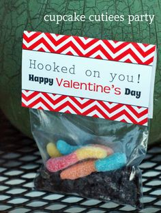 Hooked on You Valentine- Bag Toppers and Heart Hooks cupcake cutiees designs! Valentine Cupid, Diy Valentines Cards, Homemade Valentines, Valentine Treats, Valentines For Kids, Valentine Decorations, Happy Valentines Day, Printable Valentine, Candy Crafts