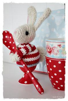 VELKOMMEN HOS INDRETNING MED FARVER.: En skøn lille fyr ... Crochet Easter, Crochet Bunny, Love Crochet, Crochet Animals, Crochet Dolls, Cat Crafts, Easter Crafts, Crochet Kitchen, Pet Toys
