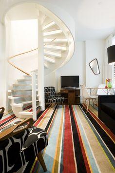 Existen diseños de alfombras multicolores con diseños geométricos y abstractas para dar un estilo contemporáneo a tu hogar.