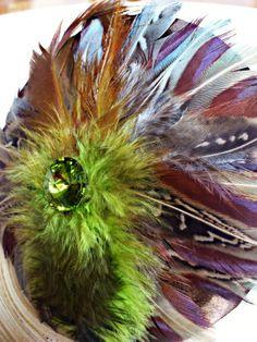 Tocado hecho a mano, combinado de plumas, raso y cristal Swarovski