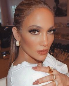 Get Ready for Jennifer Lopez's New Skin Care Line Maquillaje Jennifer Lopez, Jennifer Lopez Makeup, Jennifer Lopez Hair Color, Jlo Makeup, Hair Makeup, Maquillage Jlo, Beauty Make Up, Hair Beauty, Celebrity Makeup