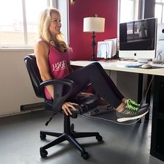 Fitness : Workouts 5 Ways to Burn Calories While Sitting in Front of Your Computer Desk Workout, Workout At Work, Workout Plans, Workout Ideas, Workout Challenge, Office Exercise, Office Workouts, Office Yoga, Ab Workouts