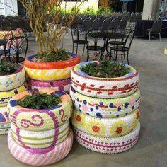 L'arte del #riciclo >> In un'altra vita erano dei #pneumatici…ora sono delle coloratissime decorazioni da #giardino!