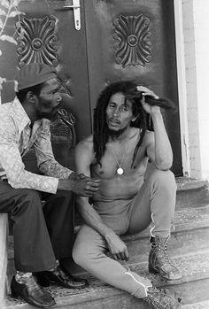 Bob Marley chillin with Joe Higgs Bob Marley Legend, Reggae Bob Marley, Bob Marley Art, Dancehall Reggae, Reggae Music, Rasta Music, 70s Music, Reggae Artists, Music Artists