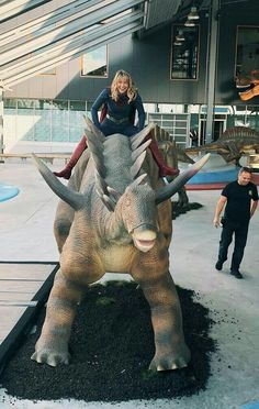 Having fun riding a dinosaur : MelissaBenoist Melissa Supergirl, Supergirl Tv, Supergirl And Flash, Melisa Benoist, Melissa Marie Benoist, Comics Girls, Dc Comics, Superman, The Flash Grant Gustin