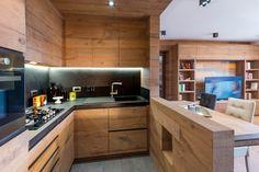 È il rovere rustico filosega il protagonista in casa. Impiegato indistintamente sia per il pavimento sia per i rivestimenti in boiserie e gli arredamenti, crea un effetto monocromatico che risulta spezzato dalle pareti e dai soffitti intonacati con un piacevole equilibrio. Ad arricchire la composizione, l'inserimento di pareti in mosaico di legno costituite da tavole… Cabin Kitchens, Luxury Kitchens, Cool Kitchens, Kitchen Room Design, Kitchen Interior, Home Interior Design, U Shaped Kitchen, Bedroom Floor Plans, Wooden Kitchen