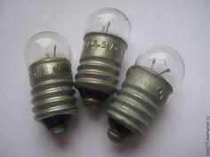 Классическая лампочка для карманного фонарика, который был у каждого мальчишки в далеком советском детстве. Есть лампочки на разное напряжение питания: - 2,5 В - 6,3 В 0,3А; - 12,5В 0,068А; - 26 В 0,12А. Цоколь Е10 у всех. Греется при работе, как всякая лампочка Ильича. Стеклянную колбу можно окрасить в любой цвет, будет тогда у вас веселая цветная лампочка.