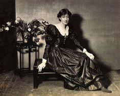 Adeline Virginia Stephen, mejor conocida como Virginia Woolf, fue una importante novelista, escritora y feminista del siglo XX.