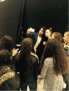 Rafael Beutl, Bachelor 2014, schoss Backstage ein Selfie nach dem anderen. Den Models gefiel es.
